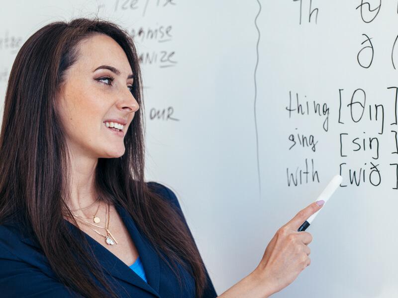 発音を教える女性