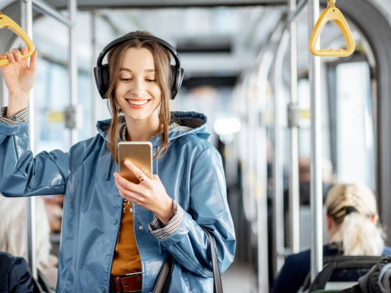 電車の中でスマホを見る女性