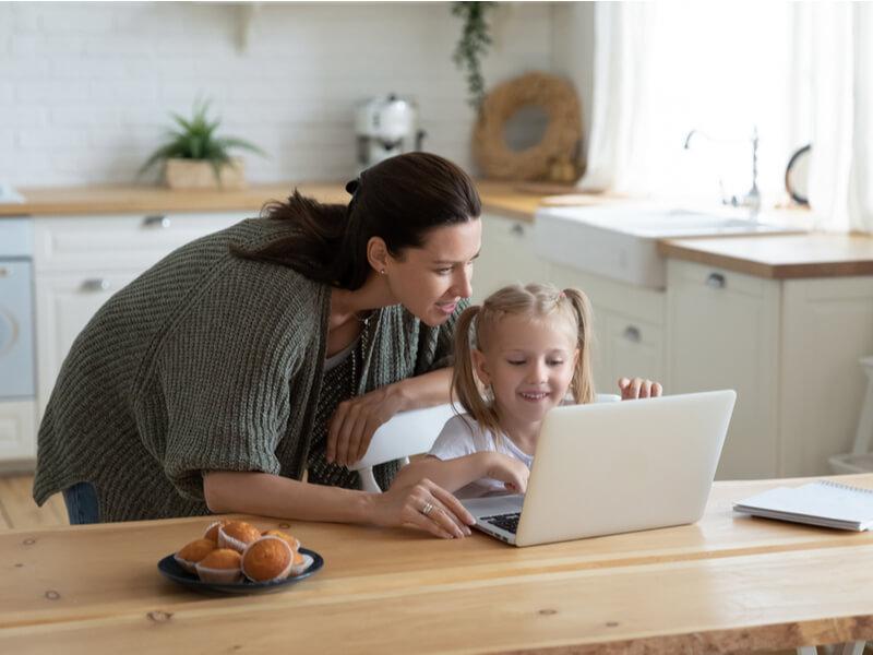 パソコン画面に向かう母娘