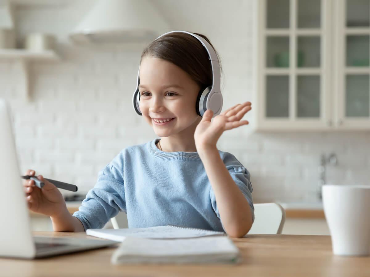 パソコン画面に向かう女の子