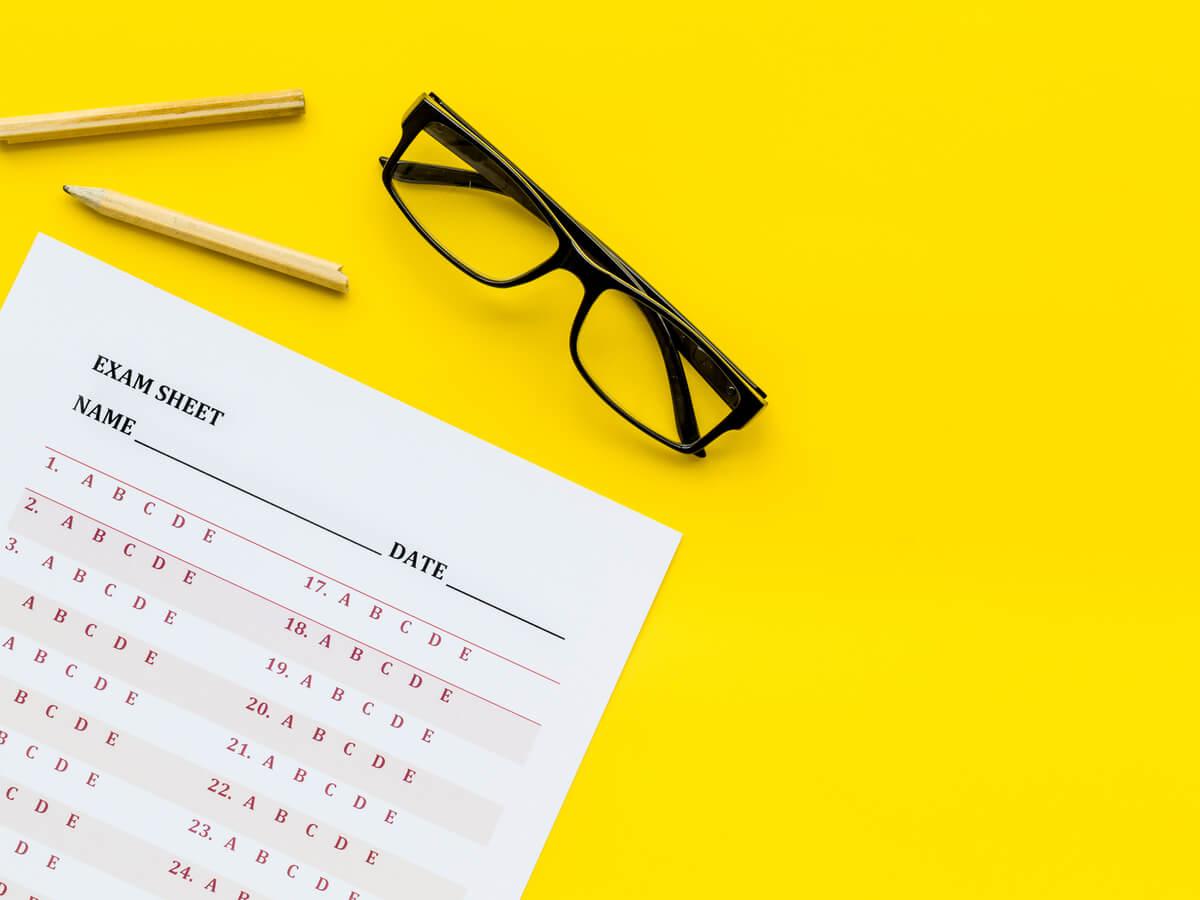 回答用紙と鉛筆とメガネ