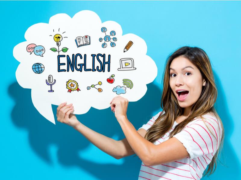 Englishの文字を持つ女性