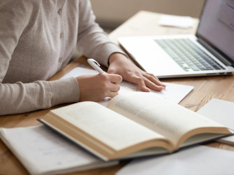 英語エッセイの書き方を解説!構成ルールや使えるフレーズを紹介