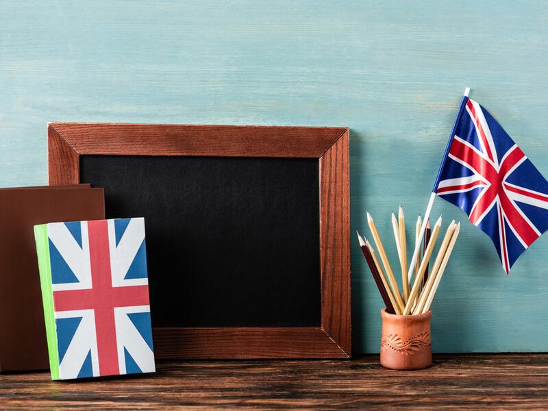 黒板と鉛筆がたくさん入った鉛筆立てとイギリス国旗