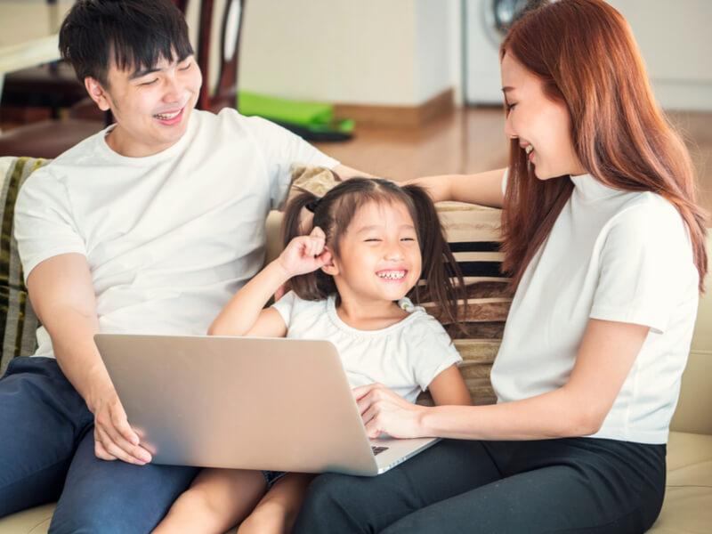 オンライン英会話をする子どもとその家族