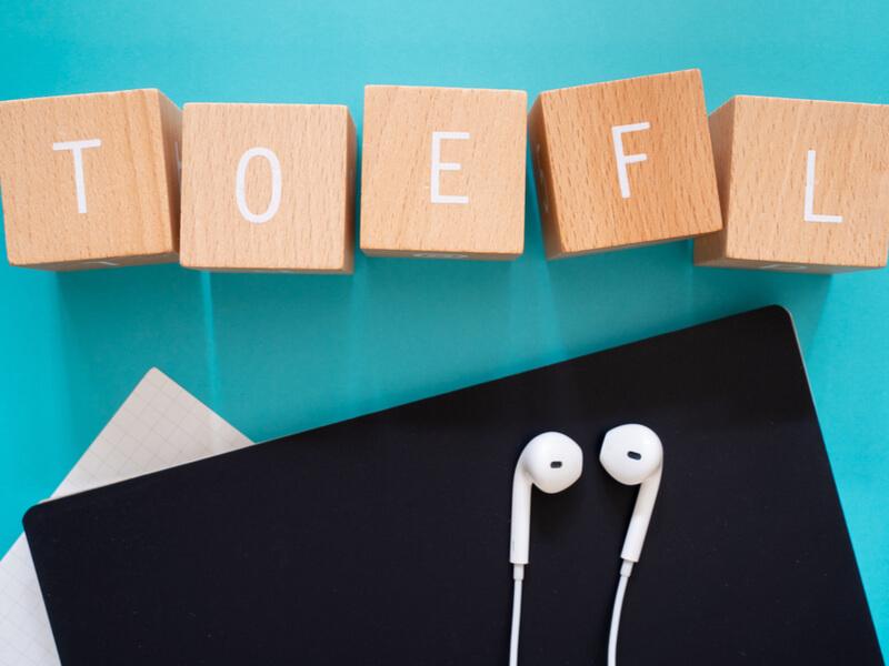 TOEFLと書かれた積み木といやほんとノート