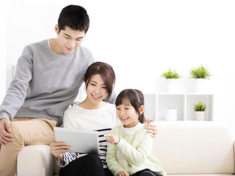 オンライン英会話をする母親とその家族